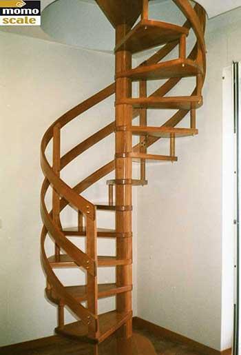 scala a chiocciola a pianta circolare con ringhiera in legno