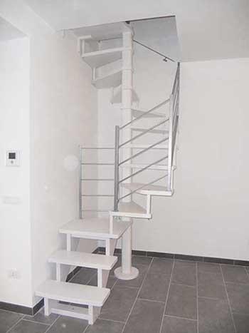 scala a chiocciola a soluzione mista con gradini in legno e ringhiera in metallo color alluminio lucido