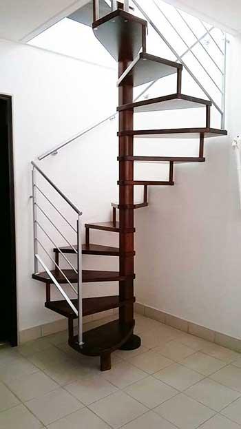 scala a chiocciola in legno a pianta quadra con ringhiera in metallo verniciato