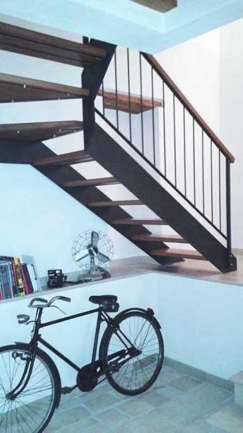 scala a giorno con doppio montante in metallo e gradini in legno