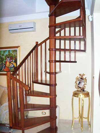 scala in legno a pianta quadrata